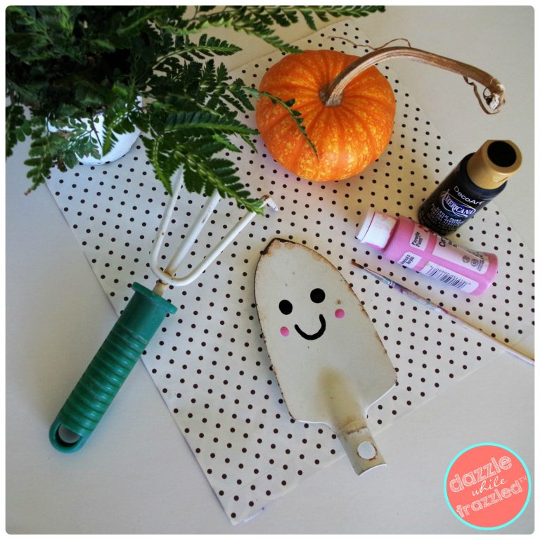 How to repurpose an old garden shovel into a Halloween ghost as a DIY plant stake.